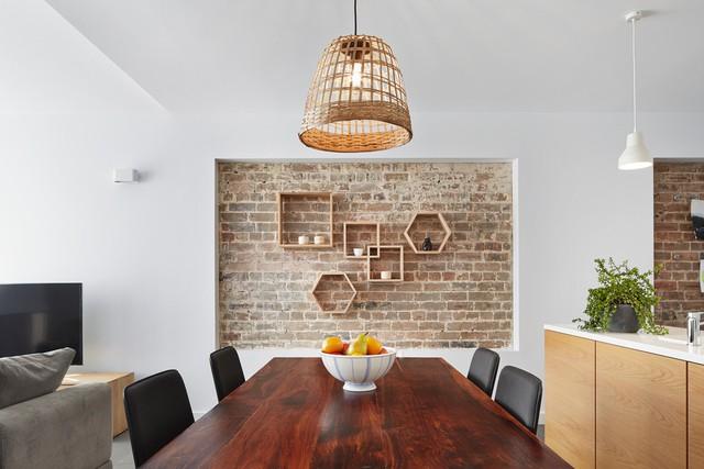Việc sử dụng tường gạch thô trong phòng ăn còn giúp bạn nhớ lại những khung cảnh thường thấy ở những vùng quê mộc mạc, mà đầy ắp tình thân.