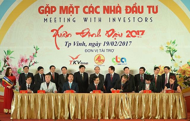Thủ tướng chứng kiến ký kết thỏa thuận hợp tác đầu tư giữa tỉnh Nghệ An và một số doanh nghiệp, nhà đầu tư trong và ngoài nước. Ảnh: VGP/Quang Hiếu