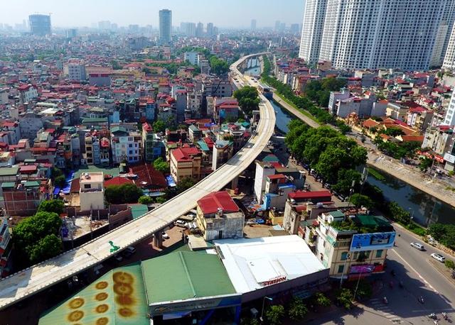 Hệ thống đường sắt được xây dựng rất sát với các dãy nhà mặt phố chật hẹp thì khả năng tăng giá là điều hiếm có