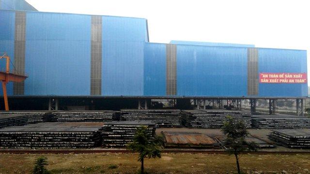 Bãi phôi thép của Nhà máy gang thép Lào Cai. Ảnh: L.Bằng