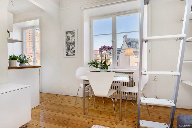 Nhờ có lợi thế nằm ở trên cao lại có nhiều cửa sổ nên mọi ngóc ngách trong nhà đều tràn ngập ánh sáng mặt trời.