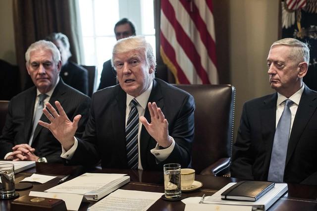 Tổng thống Trump (giữa) trong một cuộc họp nội các tại Nhà Trắng, bên cạnh ông là Bộ trưởng Quốc phòng James Mattis (phải) và Ngoại trưởng Rex Tillerson. Ảnh: Getty.