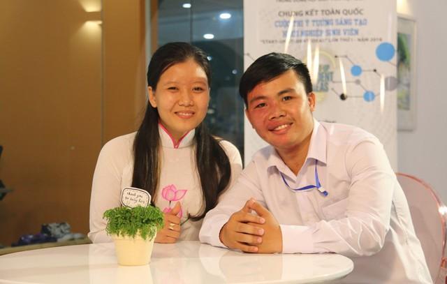 Phan Hồng Mức và Nguyễn Hữu Huy Hào - hai bạn trẻ sinh năm 1995, tác giả sản phẩm bùn vi sinh - tới từ các trường đại học, cao đẳng của Cà Mau. Ảnh: Nguyễn Thảo