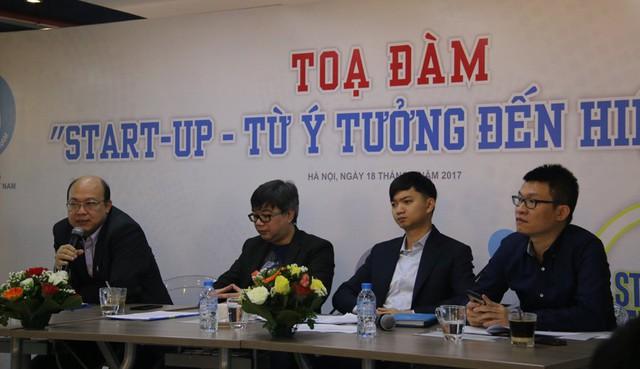 Các khách mời tham dự tọa đàm Start-up - Từ ý tưởng đến hiện thực trao đổi về vấn đề khởi nghiệp với các sinh viên. Ảnh: Nguyễn Thảo
