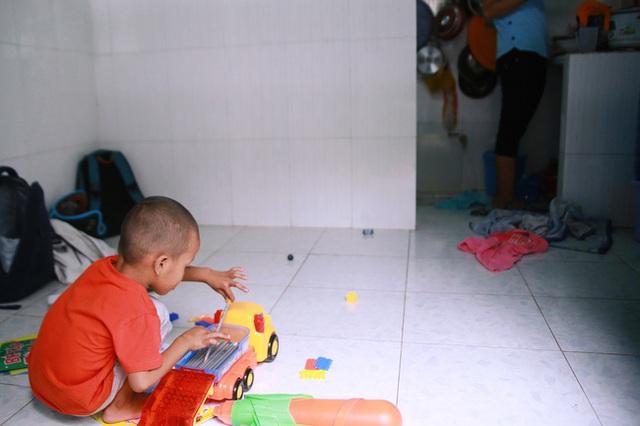 Ngay sau khi nổi tiếng trên mạng xã hội, hai mẹ con nhóc Đạt đã được anh Nghĩa đưa đến chỗ ở mới.
