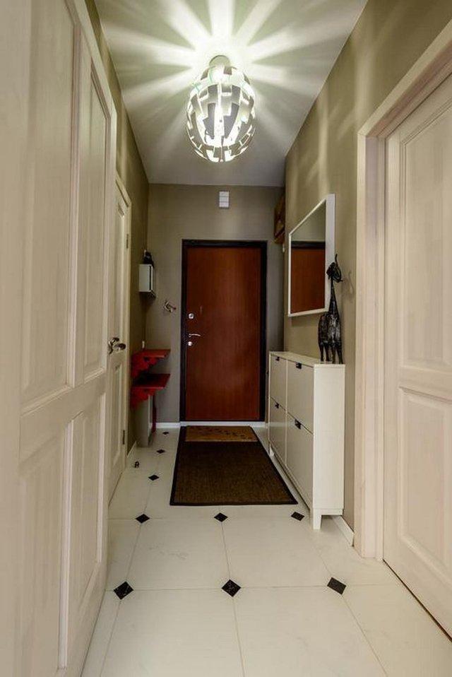 Lối vào nhà rộng rãi nổi bật với cánh cửa ra vào màu đỏ.