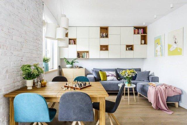 Phòng khách tuyệt đẹp với rất nhiều cây xanh, bộ ghế sofa và một bàn trà đơn giản. Nơi đây còn được thiết kế một hệ tủ gỗ vừa là giá sách vừa là nơi lưu trữ đò lý tưởng cho gia đình.