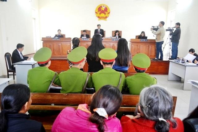 Sau 3 buổi xét xử tòa quyết định hoãn vì phát sinh nhiều mâu thuẫn