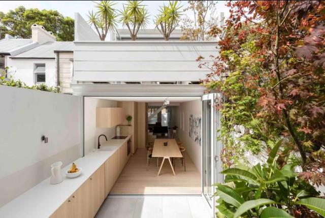 Đi qua phòng khách là khu vực bếp và bàn ăn thoáng sáng đặt ngay cạnh khu vườn xinh xắn.