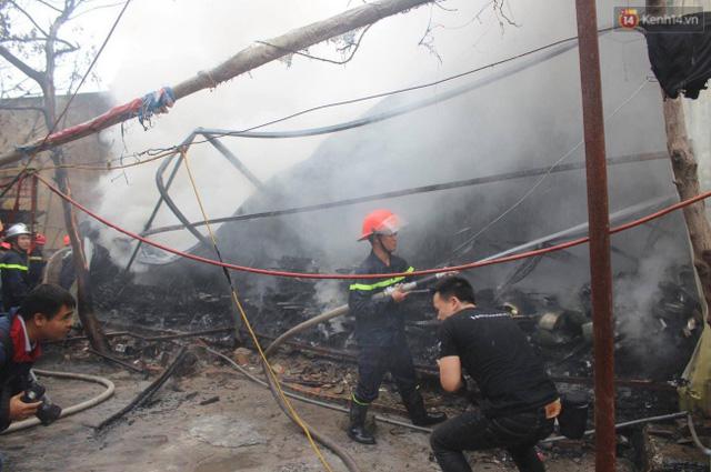 Chiến sĩ PCCC đang tiến hành phun nước dập tắt đám cháy