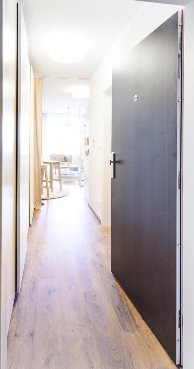 Một hành lang nhỏ dẫn vào nhà, một bên là khu vực của phòng tắm, còn bên kia là tủ đựng đồ.