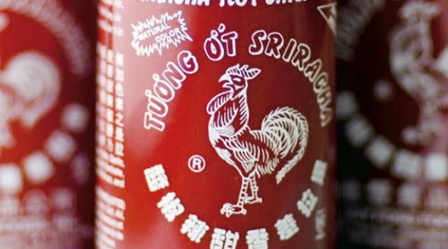 """Chai tương ớt Huy Fong hiệu con gà với hàng chữ tiếng Việt đã trở thành một """"biểu tượng văn hóa tại Mỹ."""