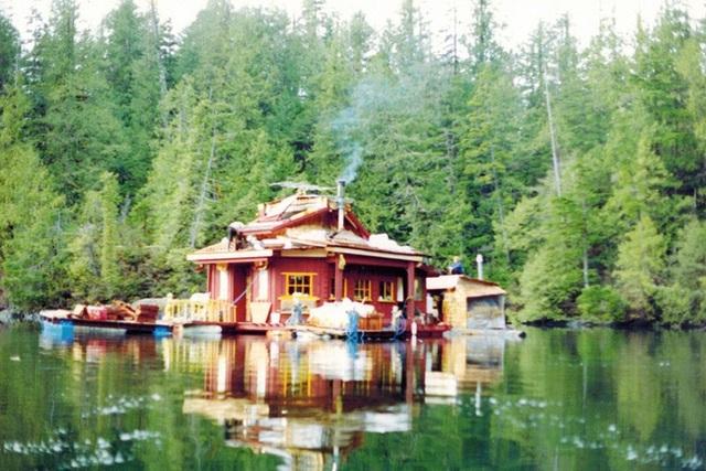Họ xây dựng nên hòn đảo và đặt tên gọi là đảo Freedom Cove. Hình ảnh được chụp vào năm 1992.