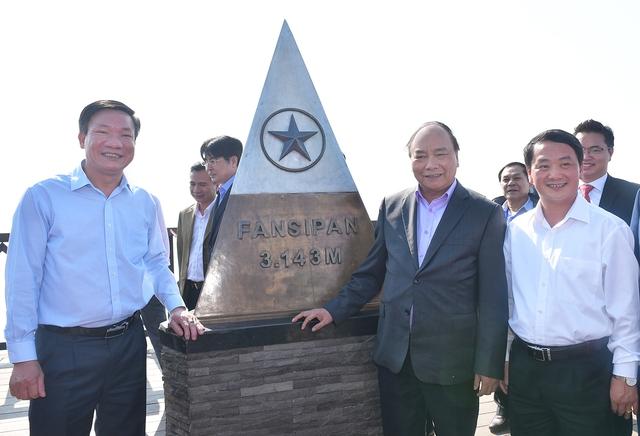 Thủ tướng Nguyễn Xuân Phúc và đoàn công tác thăm đỉnh Fansipan ở độ cao 3.143 m. Ảnh: VGP/Quang Hiếu