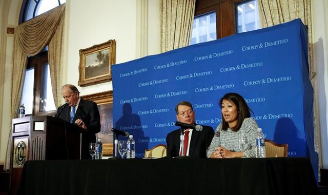Đại diện cho gia đình ông David Dao trong buổi họp báo là con gái và 2 luật sư. Người chủ trì họp báo là luật sư Thomas Demetrio (đứng). Ảnh: Reuters.