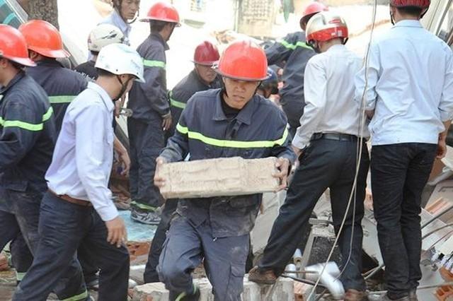 Các lực lượng tích cực đào bới đống đổ nát để hy vọng cứu được người sống sót bị kẹt bên dưới. Ảnh: Báo Bình Định