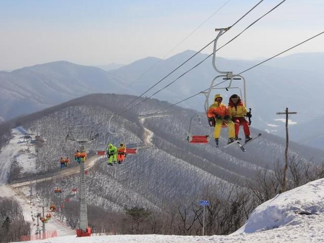 Sinh viên Triều Tiên đi cáp treo tại khu nghỉ dưỡng trượt tuyết Masik gần Wonsan, đông bắc Triều Tiên, năm 2014. Ảnh: Getty.