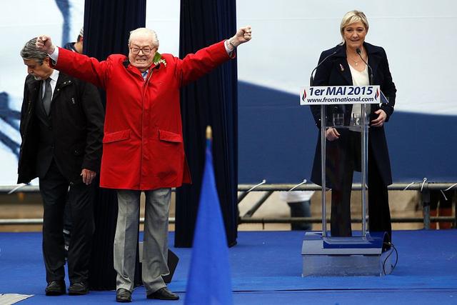 Jean-Marie Le Pen đột ngột xuất hiện và phát biểu tại buổi tuần hành hàng năm của đảng Mặt trận Dân tộc hồi năm 2015. Marine Le Pen được cho đã tìm cách ngăn cha mình phát biểu trước đó. Ảnh: AFP.
