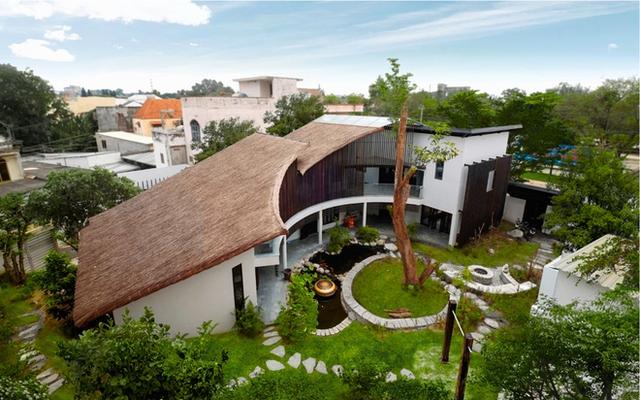 Ngôi nhà là sự kết hợp giữa cấu trúc nhà truyền thống và hiện đại với mái lá và, hệ lam gỗ bao quanh.
