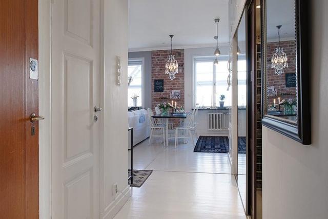 Ngay lối vào nhà là không gian của phòng phòng khách và bếp. Hai khu vực này được ưu tiên bố trí nơi đẹp nhất và nhiều ánh sáng nhất của căn hộ.