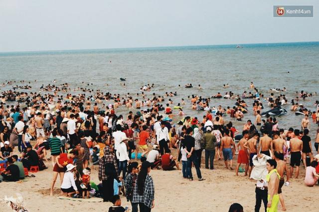 Càng về chiều, người dân và du khách đổ về bãi biển Sầm Sơn ngày một đông. Ảnh: Thu Hường