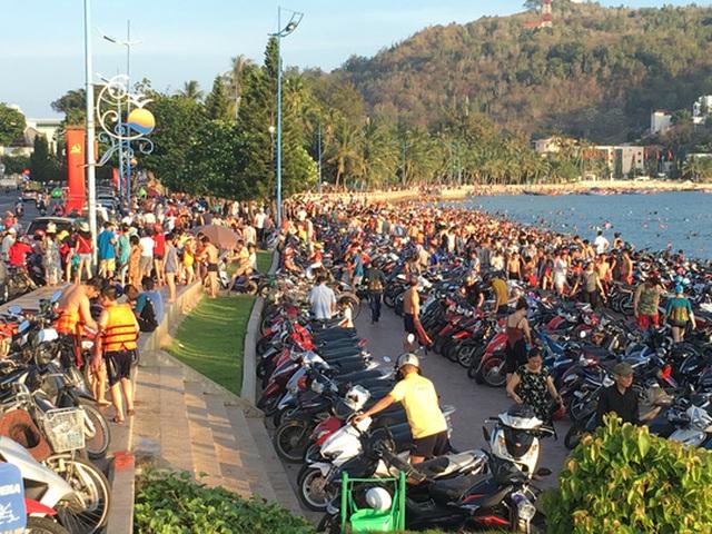 Trong những ngày lễ, tắm biển tại Bãi Trước đông đúc