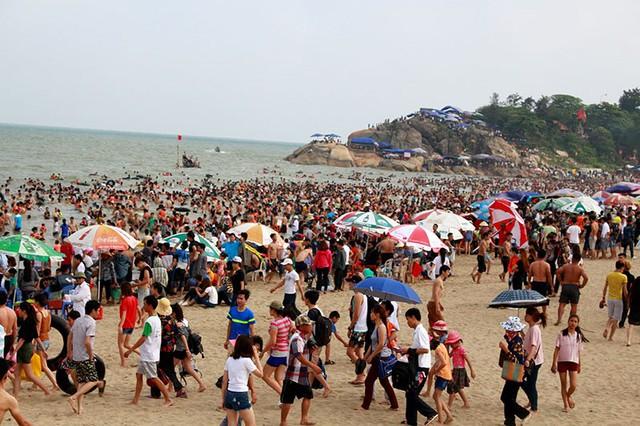 Trong những ngày gần đây lượng người đổ về Sầm Sơn nhanh chóng tăng lên, nhất là vào cuối giờ chiều