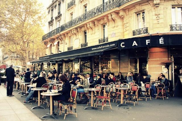 Một góc cà phê tại Paris, Pháp.