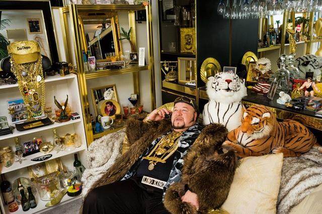 Lomo Bob, 49 tuổi - tự xưng là ông vua Limo, mang 30 cân vàng trên người và khoác một chiếc áo lông dài được thiết kế bởi Mike Tyson. Đội quân xe Limousine của ông, bao gồm một chiếc Cadillac dài 100 feet, được trang bị nhiều đèn chùm pha lê, Jacuzzis và những cây cột dành cho vũ nữ thoát y.