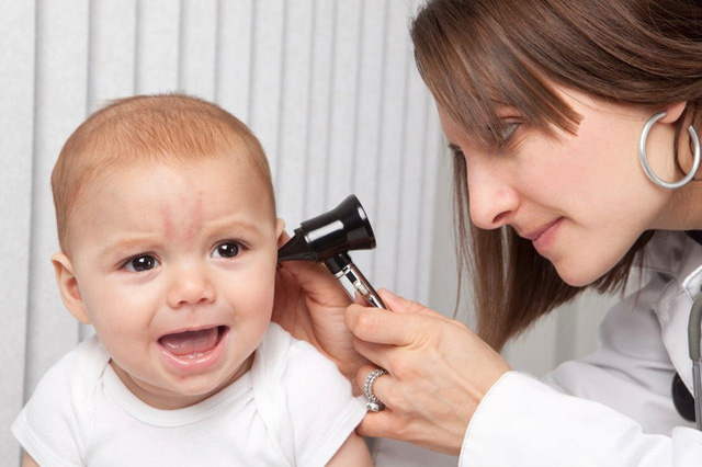 Không nên tự ý làm sạch phần bên trong tai tại nhà (Ảnh minh họa).