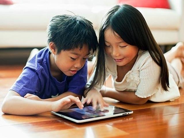 Trẻ em lười giao tiếp khi được cho sử dụng sớm các thiết bị điện tử (ảnh minh họa).