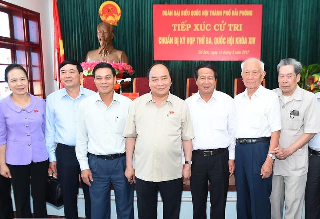 Thủ tướng Nguyễn Xuân Phúc cùng các cử tri - Ảnh: VGP/Quang Hiếu