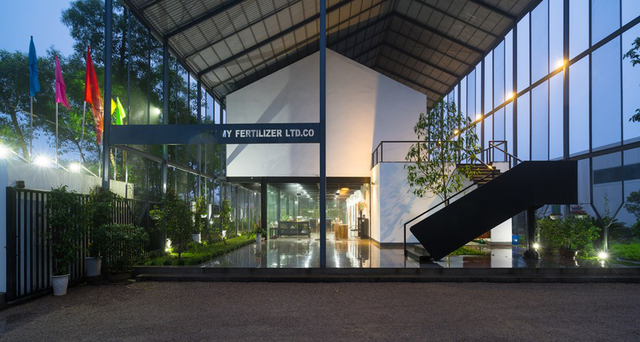 Căn nhà bao gồm hai chức năng chính, ở tầng 1 dành cho 18 người, tầng 2 là một phòng với sức chứa 200 người.