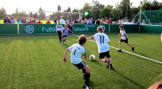 Trẻ em Đức, trong những bộ áo mang tên các tuyển thủ bóng đá Đức, đang chơi bóng.