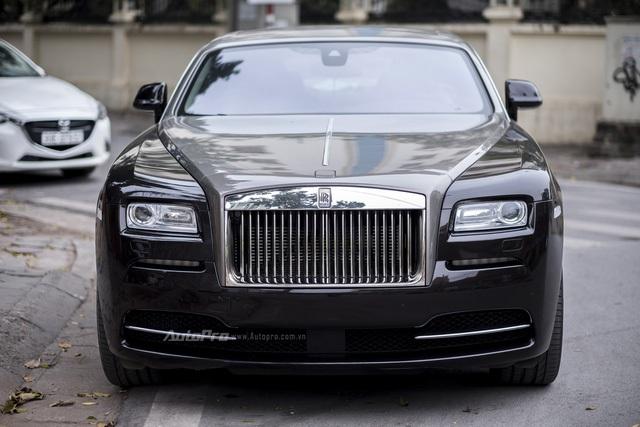 Rolls-Royce Wraith được phát triển từ cơ sở gầm bệ của dòng xe Ghost nhưng lại được Rolls-Royce hiệu chỉnh hệ thống treo để giảm tối đa độ vặn thân xe khi ôm cua, đồng thời thêm một số điều chỉnh vào vô-lăng khiến chiếc xe mang lại cảm giác lái vừa thoải mái, vừa đầm chắc, vừa phấn khích cho các chủ nhân.