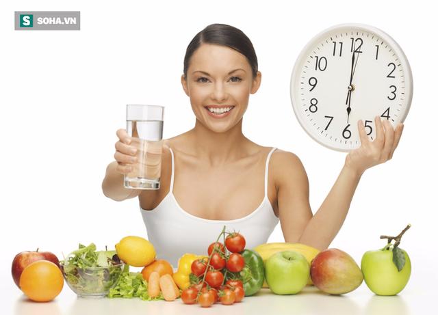 Muốn bảo vệ dạ dày của mình, bạn nên hình thành thói quen ăn uống đúng giờ thay vì ăn muộn hoặc bỏ bữa. (Ảnh minh họa).