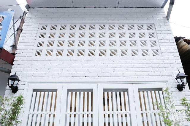Lỗ thông gió vừa tạo ấn tượng cho mặt tiền vừa làm đối lưu không khí trong nhà.