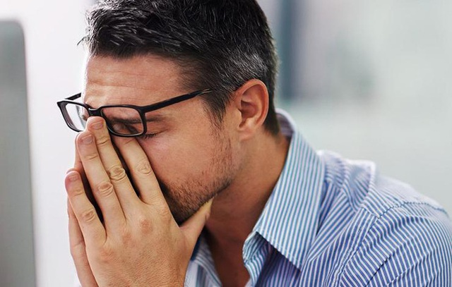 Dụi mắt có thể truyền vi khuẩn và virus từ tay bạn tới lông mi và mí mắt, tăng nguy cơ nhiễm trùng mắt.
