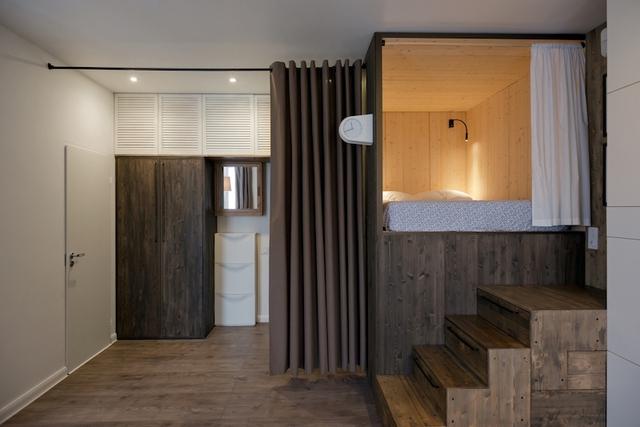 Chiếc rèm cửa giúp phân chia giữa không gian sinh hoạt chung với lối vào nhà và khu vệ sinh.