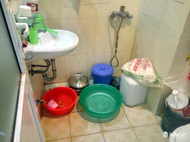 Các gia đình phải huy động mọi đồ dùng để tích nước nhưng cũng chỉ đủ đánh răng rửa mặt.