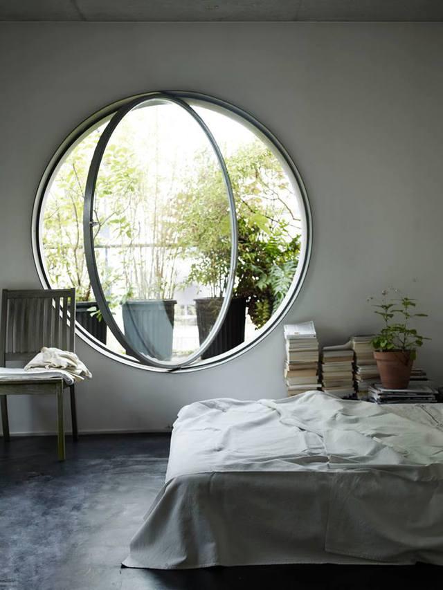 Chiếc cửa kính lớn với chức năng xoay tròn tuyệt đẹp cho phòng ngủ nhỏ.
