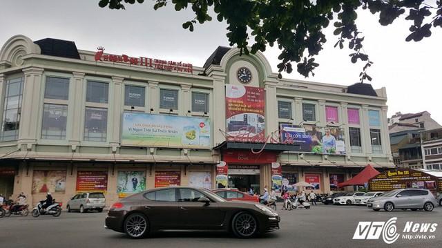 Trung tâm thương mại chợ Hàng Da với bãi đậu xe dát vàng. (Ảnh: Việt Vũ)