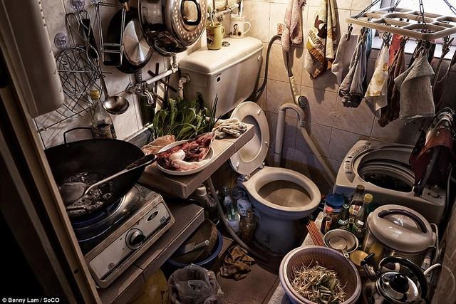 Nhà vệ sinh và bếp chung một không gian chật hẹp.