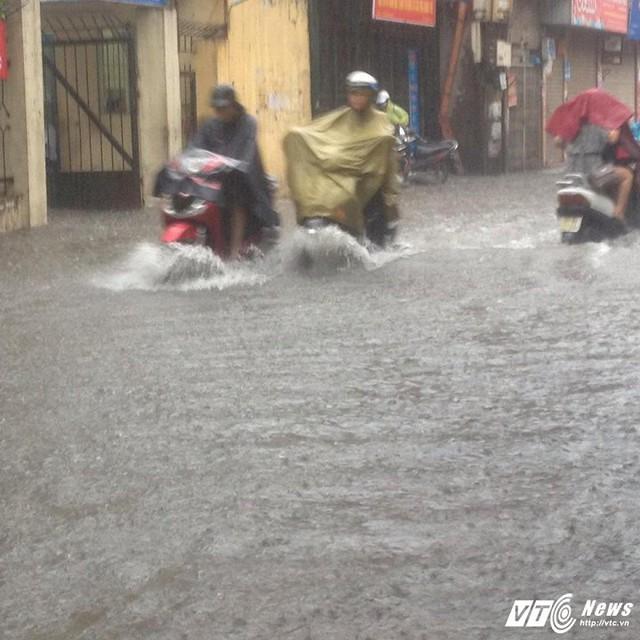 7h30 hôm nay, sau hồi sấm đì đùng, mây đen giăng kín, trời đổ mưa rất to trên địa bàn Hà Nội.