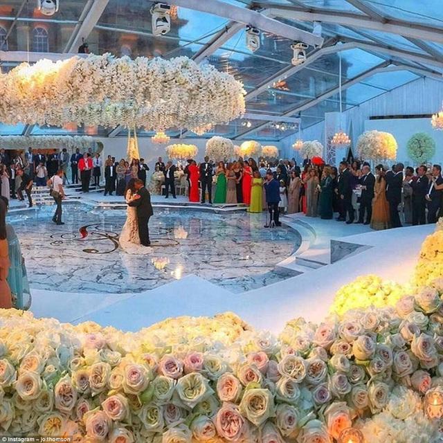 Hội trường cưới ngập tràn màu trắng tinh khiết của hoa hồng.