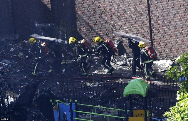 Lực lượng cứu hỏa làm việc liên tục suốt nhiều giờ.