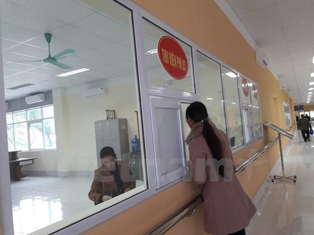 Người dân làm thủ tục thanh toán viện phí. (Ảnh: PV/Vietnam+)