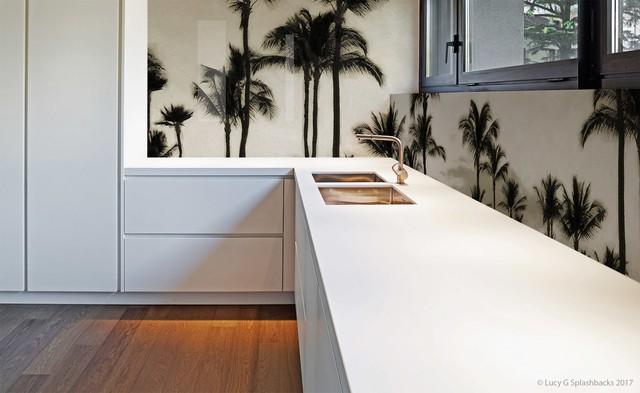Dù gian bếp nhà bạn được thiết kế theo phong cách nào thì một bức tranh phong cảnh sẽ làm cho không gian nổi bật hơn.