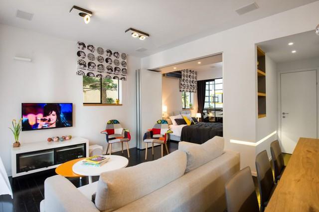 Chiếc ghế sofa dài, lớn đặt quay lưng với bàn ăn là vật duy nhất giúp phân chia hai khu vực chức năng trong nhà.