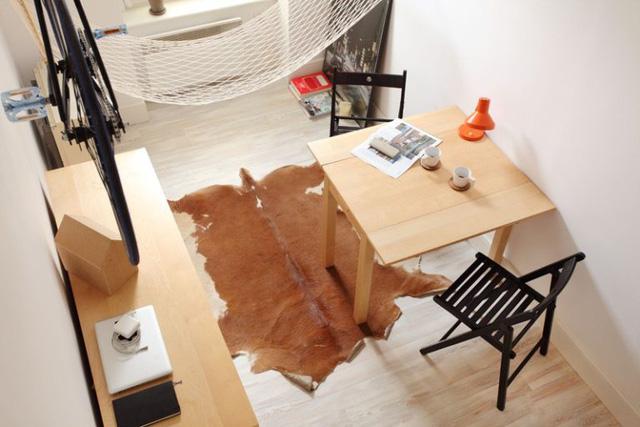 Không gian trong nhà thoáng sáng nhờ việc sử dụng nội thất tối giản. Bên cạnh đó đồ nội thất bên trong nhà được trang bị hoàn toàn bằng gỗ sáng cùng tông màu khiến không gian trở nên liền mạch và rộng hơn.